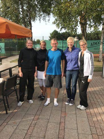 Sportwart Michael Wiescholek mit den Finalistinnen im Damen-Doppel