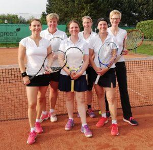 """""""Verbandsliga, Wir kommen!"""" Peggy Sollwedel, Anja Hövelmann, Kristin Kroschke, Susanne Dackweiler, Susanne Hann und Annika Hutt (v.l.) feiern den Aufstieg."""