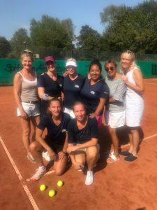 Die zweite Damen-40-Mannschaft feiert den Aufstieg in die 2. Bezirksklasse.