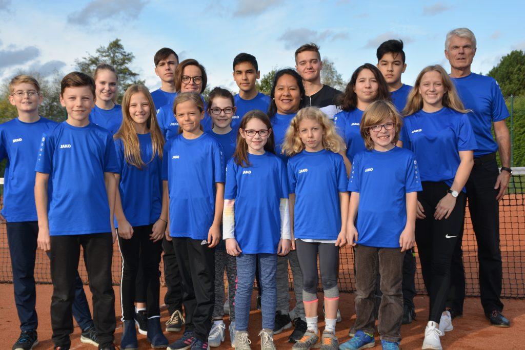 Vereinspräsident Klaus Fiedler, die Jugendwartinnen Susanne Wiese und Meike Westen sowie der gesamte BTC-Nachwuchs freuen sich über die 1000-Euro-Spende der Haspa.