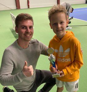 Starkes Duo: Trainer Benjamin Protz von der Global Tennis School gab seinem Schützling die richtigen Tipps. Mats Haverland sicherte sich beim Mini-Cup in Quickborn den Siegerpokal.