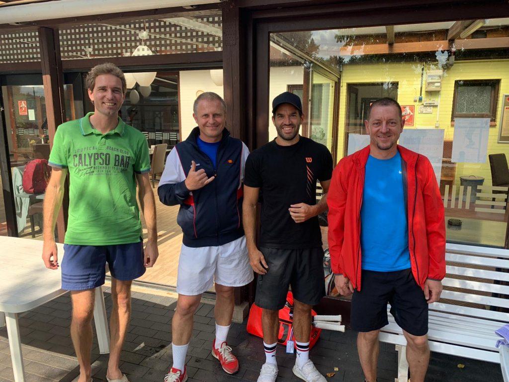 Florian Rau, Peter Jezierski, Dennis Groißl und Simon Steffen (v.l.) haben Grund zur Freude: Der 6:0-Kantersieg in Havighorst bewahrt den Herren 30 die Chance auf den Aufstieg.