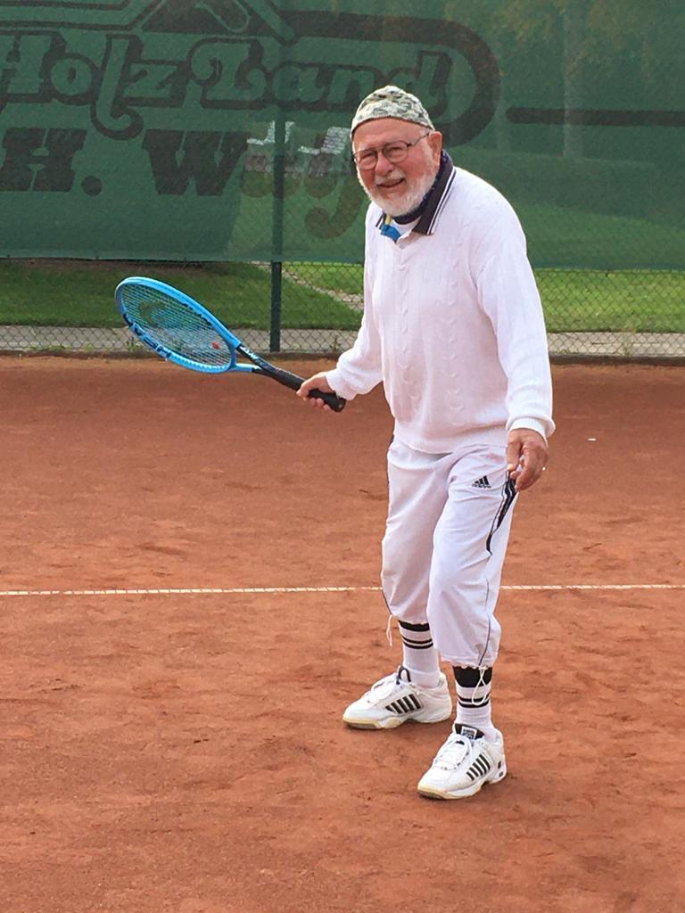 Immer richtig zum Ball stehen: Horst Freitag scheucht seine Mitspieler auch mit seinen 90 Jahren noch zweimal pro Woche über den Tennisplatz..