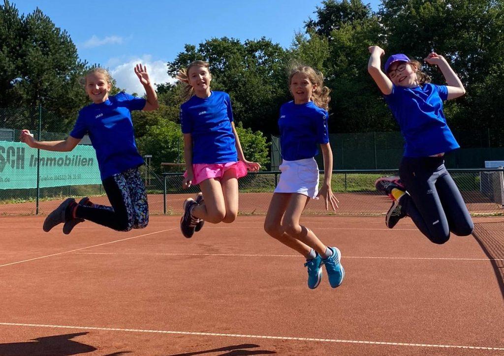 Das Siegerbild: Die BTC-Bambinas feiern ihren Derbysieg gegen Ahrensburg mit einem perfekt getimten Luftsprung.